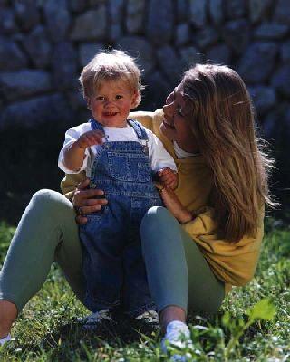 Что делать, если ребенок не отпускает маму от себя ни на шаг?